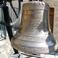 Cloche devant la chapelle Saint-Sauveur – Le Mas 06