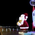 Côte d'Azur & Principauté de Monaco / Décors et illuminations de Noël – Décembre 2017 – Père Noël lumineux en face de l'hôpital Lenval – Promenade des Anglais – Nice – Photo n°1