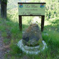 Pierre rousse à l'entrée du village – Le Mas 06